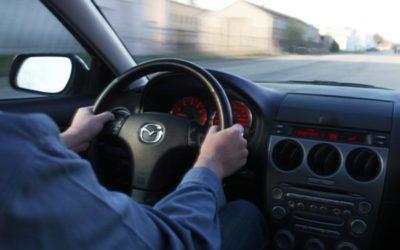 De ce se simnt vibratii puternice in volan cand se franeaza la viteze mari